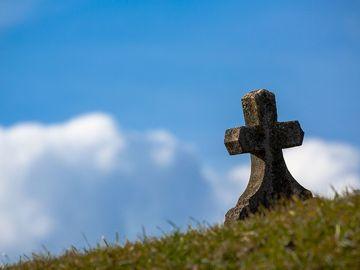 Scandalos! O femeie moartă a fost ţinută pe două scaune, în faţa bisericii! Femeia nu-şi plătise taxa la preot