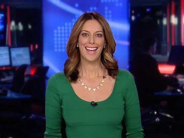 """O celebră prezentatoare TV a şocat cu ţinuta ei din timpul ştirilor! Detaliul """"porno"""" pe care l-a arătat tuturor"""