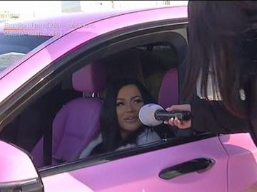 """Carmen de la Sălciua şi-a cumpărat bolid roz cu care întoarce toate privirile! """"Îmi plac maşinile puternice, mi-am dorit mult să o cumpăr pe aceasta"""""""