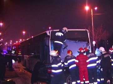 Accident cumplit în Capitală! Două persoane au murit după ce mașina în care se aflau s-a izbit de un autobuz!