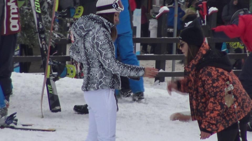 Vedeta TV Natalia Mateuț s-a accidentat pe pârtia de schi! Video paparazzi