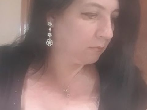 """Românca de 45 de ani care strânge zeci de mii de oameni pe live, în timp ce-și arată sânii, primește mesaje halucinante! Cum au """"revizuit-o"""" internauții"""
