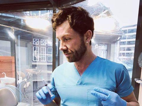 """""""Medicul cu 8 clase"""" le jupuia de bani pe pacientele care se operau la el! Vezi cât cerea italianul Matteo pentru o pereche de silicoane!"""