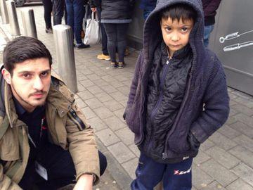 Acest copil amărât a cerșit toată ziua în fața unui supermarket din Iași, iar apoi a intrat în magazin. E emoționant ce a cumpărat din bănuții primiți. Toți oamenii au rămas înduioșați