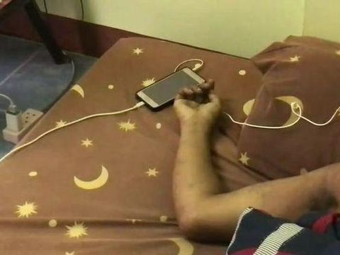 Încă un tânăr a murit după ce a adormit cu căştile în urechi de la telefonul lăsat la încărcat! Avea doar 24 de ani