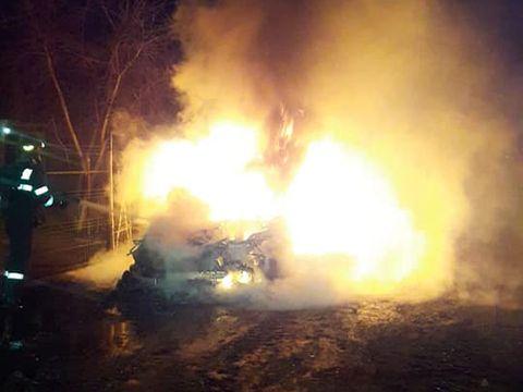 Atac în stil mafiot? Imagini cu autoturismul de lux, incendiat într-o localitate din Teleorman