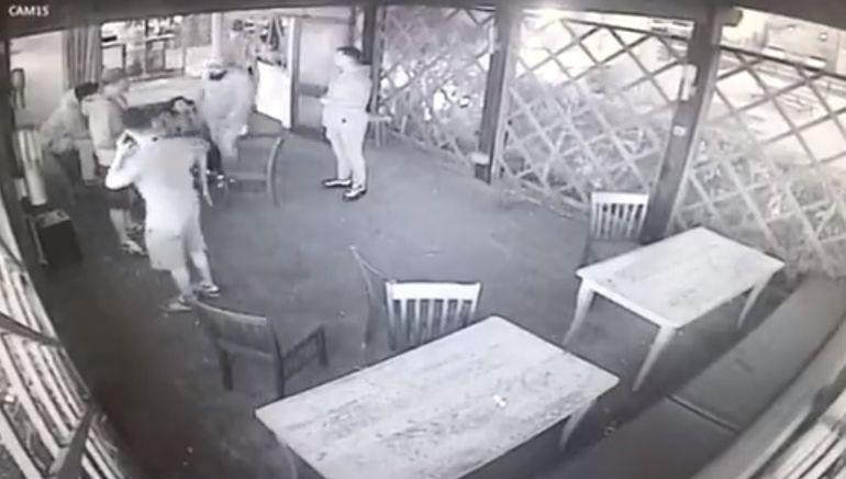 Imaginile groazei! Un bărbat și-a luat 6 scaune în cap, picioare și pumni în gură, iar ce a urmat te lasă cu gura căscată