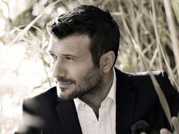 Giannis Ploutarchos ajunge mâine la București! Cel mai iubit artist din Grecia va sus'ine un concert la Sala Palatului pe 14 februarie