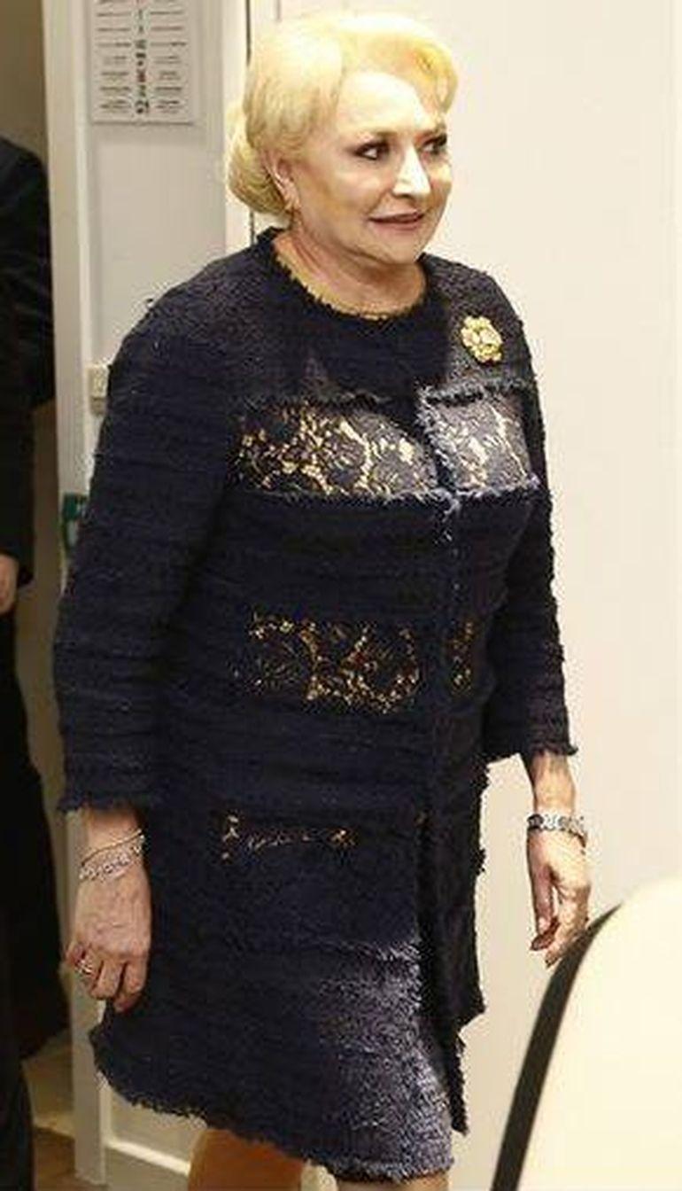 """Adevărul despre rochia """"cu găurele"""" pe care Viorica Dăncilă a purtat-o la Parlamentul European! Se vedea pielea sau nu? FOTO"""