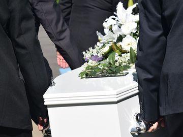 Scene halucinante la o înmormântare. Un copil de 2 ani a înviat în sicriu, s-a întors către tatăl lui și i-a cerut ceva! Toți oamenii au început să țipe