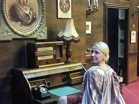 Iubita actorului Dan Puric este eleganţa întruchipată! Uite-o pe Ileana Olteanu cum a pozat în costume retro!
