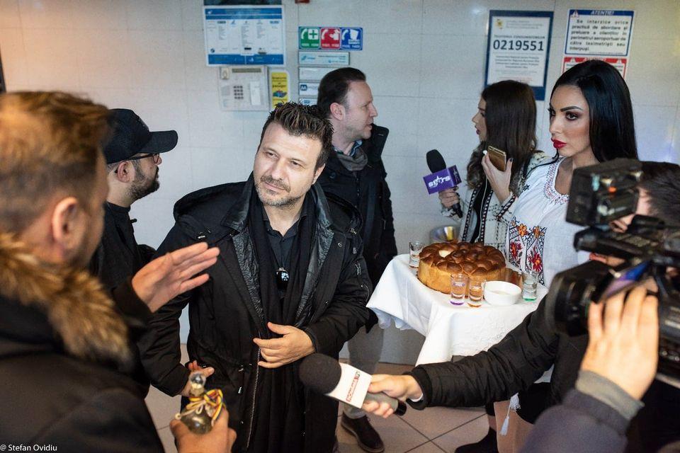 Giannis Ploutarchos, cel mai iubit artist grec, așteptat la aeroport de Andreea Podărescu! Concert de zile mari de Valentine's Day, la București!
