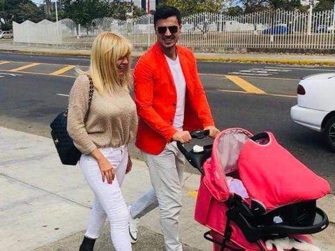 Ce se întâmplă cu banii Elenei Udrea? Fostul ministru, fotografiat cu același cărucior ieftin pentru copil pe care-l avea în momentul arestării