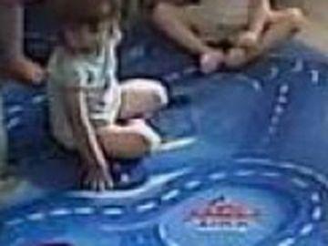 Imagini cutremurătoare în cazul băiețelului de doi ani agresat de îngrijitoare! Femeia este fiica unui fotbalist cunoscut și i-a rupt piciorul băiețelului