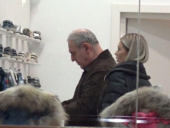 Dorin Cocoș și iubita lui la cumpărături pentru... bebeluș! Cât de implicat este afaceristul în alegerea unor ghetuțe VIDEO EXCLUSIV