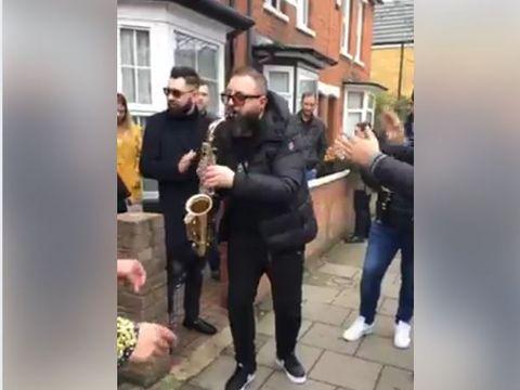 """Show la maxim cu Marinică Nămol, pe străzile din Londra! """"Să nu fugă cu mireasa"""""""