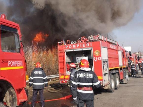 Incendiu puternic lângă Capitală! Fumul se îndreaptă spre București! Oamenii, sfătuiți să stea în casă