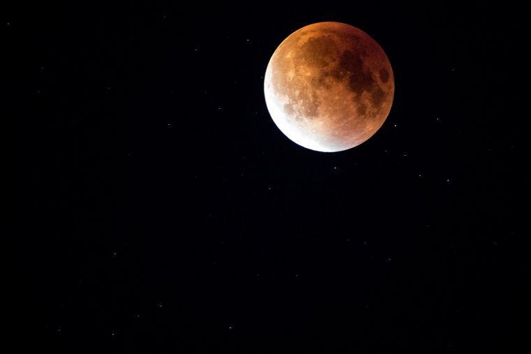 Ritual de Lună Nouă! Trucuri simple pentru noroc şi abundenţă
