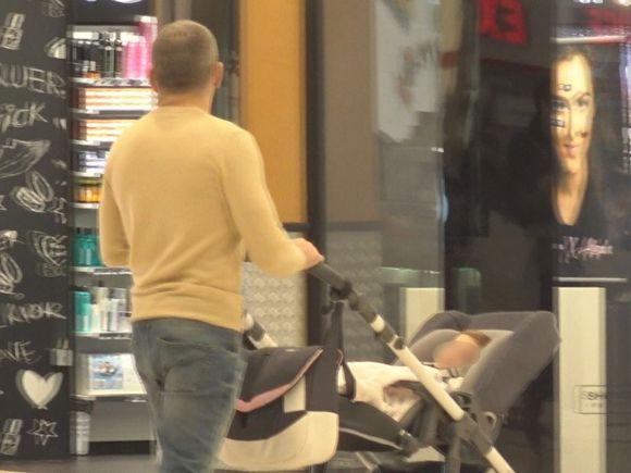 """Imagini incredibile cu durul Atodiresei! """"Pitbull"""" își plimbă copilul în mall cu căruciorul! Ce face însă în tot acest timp soția VIDEO EXCLUSIV"""