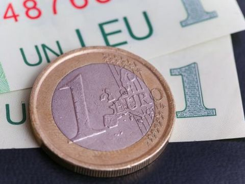 Curs valutar 26 februarie. Se prăbușește de tot leul. Euro a ajuns aproape de 5 lei