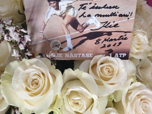 Gestul impresionat făcut de Ilie Năstase pentru logodnica lui Ioana! Ce i-a scris pe poza din imensul buchet de trandafiri albi pe care i-a dăruit în urmă cu puțin timp