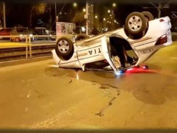 Imaginile terorii! Accident groaznic în Capitală: o mașină de poliție, răsturantă! A fost surprins totul