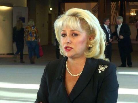 Nora Vioricăi Dăncilă a purtat un decolteu provocator la o petrecere! Vezi cum s-a distrat soţia lui Victor Dăncilă alături de prietenele ei!