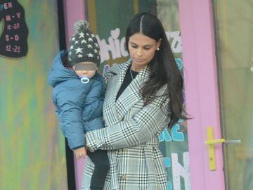 Aşa se poartă Anca Serea cu fiul ei când nu ştie că e filmată! Paparazzii WOWbiz.ro au surprins-o de curând! VIDEO EXCLUSIV