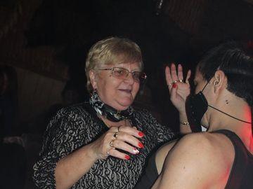 Petrecere cu stripperi și...bunicuțe. Imaginile filmate într-un local din Brașov au devenit virale. Dansatorii și-au făcut de cap cu doamnele mai în vârstă