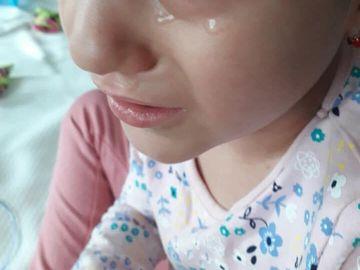 """Strigătul de disperare al unei mame care-și privește copilul murind: """"Cancerul ăsta nenorocit ce a pus stăpânire pe corpușorul tău mic"""""""