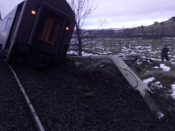 Un tren cu cinci vagoane a deraiat în judeţul Hunedoara