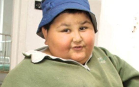 La 7 ani avea 100 kg! Gabriel a slăbit spectaculos şi acum, la 18 ani, are o iubită sexy! FOTO