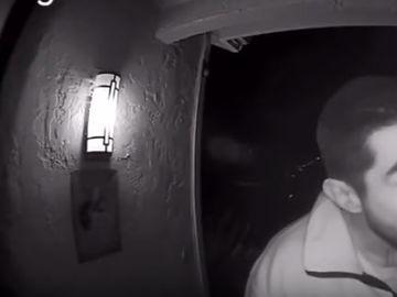 Un bărbat a lins soneria unei case timp de trei ore! Ce a urmat este foarte bizar