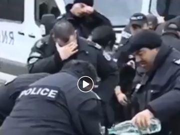 Scene comice cu polițiști bulgari! S-au intoxicat cu propriile gaze lacrimogene pe care le dăduseră într-un grup de protestatari