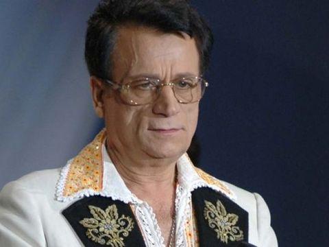 """Fanii au acoperit cu flori mormântul lui Ion Dolănescu, la un deceniu de la moartea acestuia: """"10 ani fără Regele Folclorului românesc"""" FOTO"""