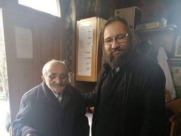 Nea Dumitru, bătrânul care impresionează întreaga țară! Donează din puținul lui de două ori pe lună haine, jucării și scutece pentru copiii nevoiași!
