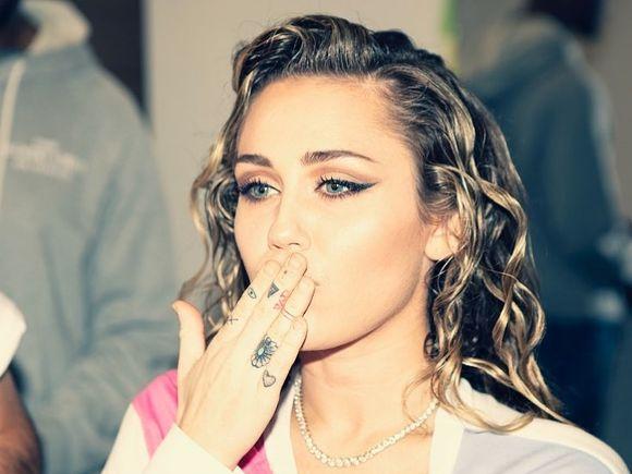 Poză de infarct! Miley Cyrus, complet goală, în public