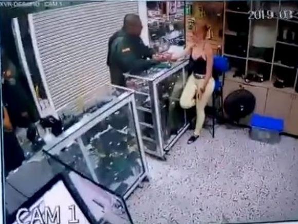Video halucinant: un polițist și-a vizitat iubita la magazinul unde lucrează, apoi s-a împușcat în cap
