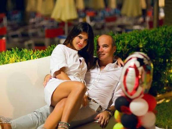 Soţia lui Rareş Bogdan e cea mai sexy soţie de politician! Florina a făcut senzaţie la plajă, unde a pozat fără sutien! FOTO