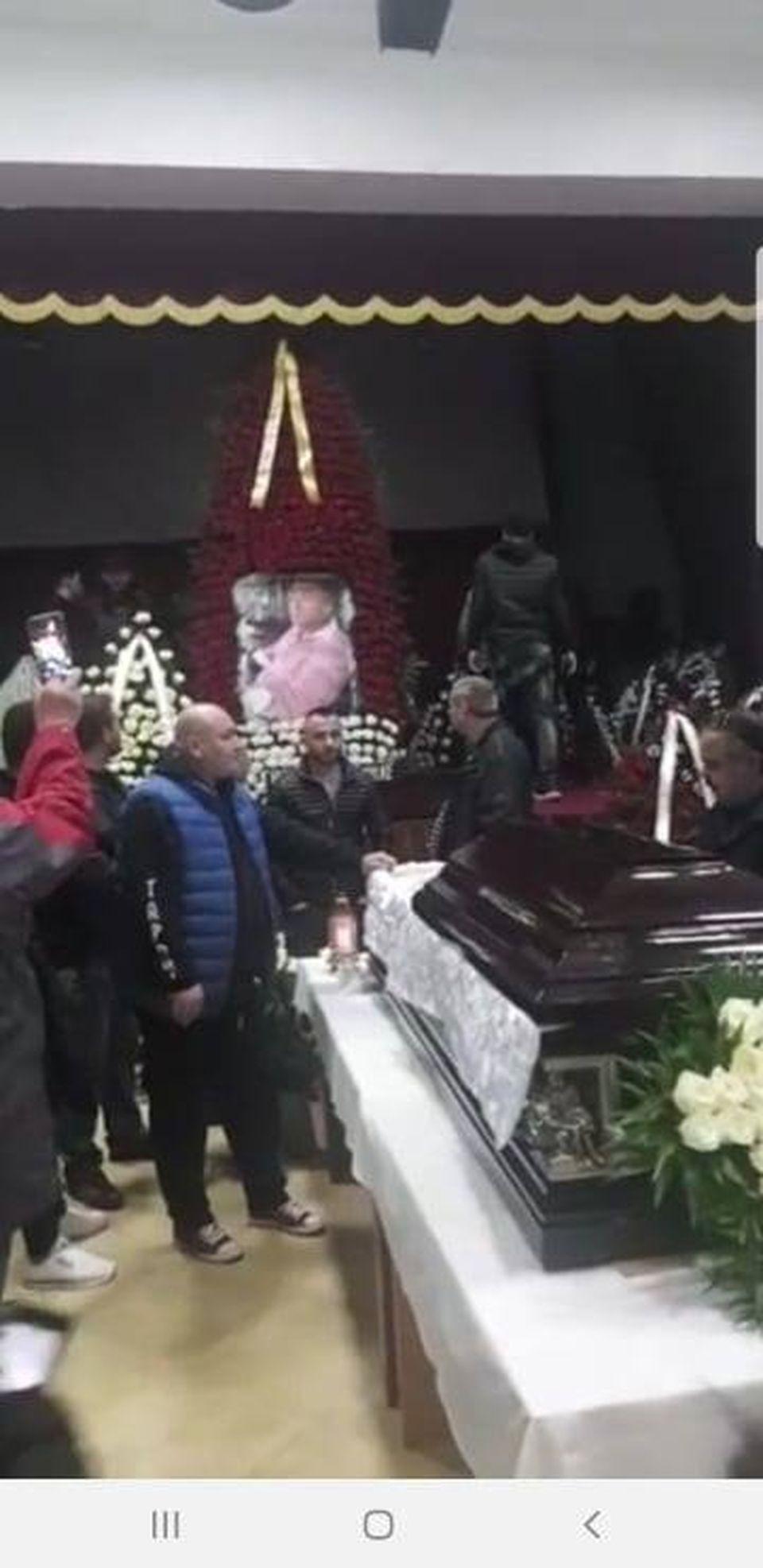 """Șoc la înmormântarea lui Nicu Maharu! Un cunoscut cântăreț a leșinat și a fost dus la mașină pe brațe! """"Mi s-au tăiat picioarele când l-am văzut în sicriu"""""""