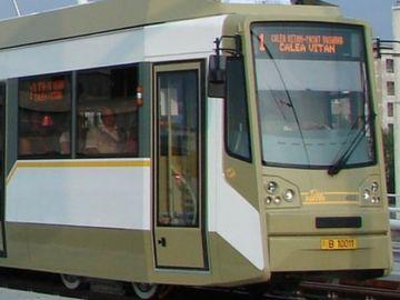 Accident grav în Capitală! O mașină s-a ciocnit cu un tramvai! Traficul este blocat