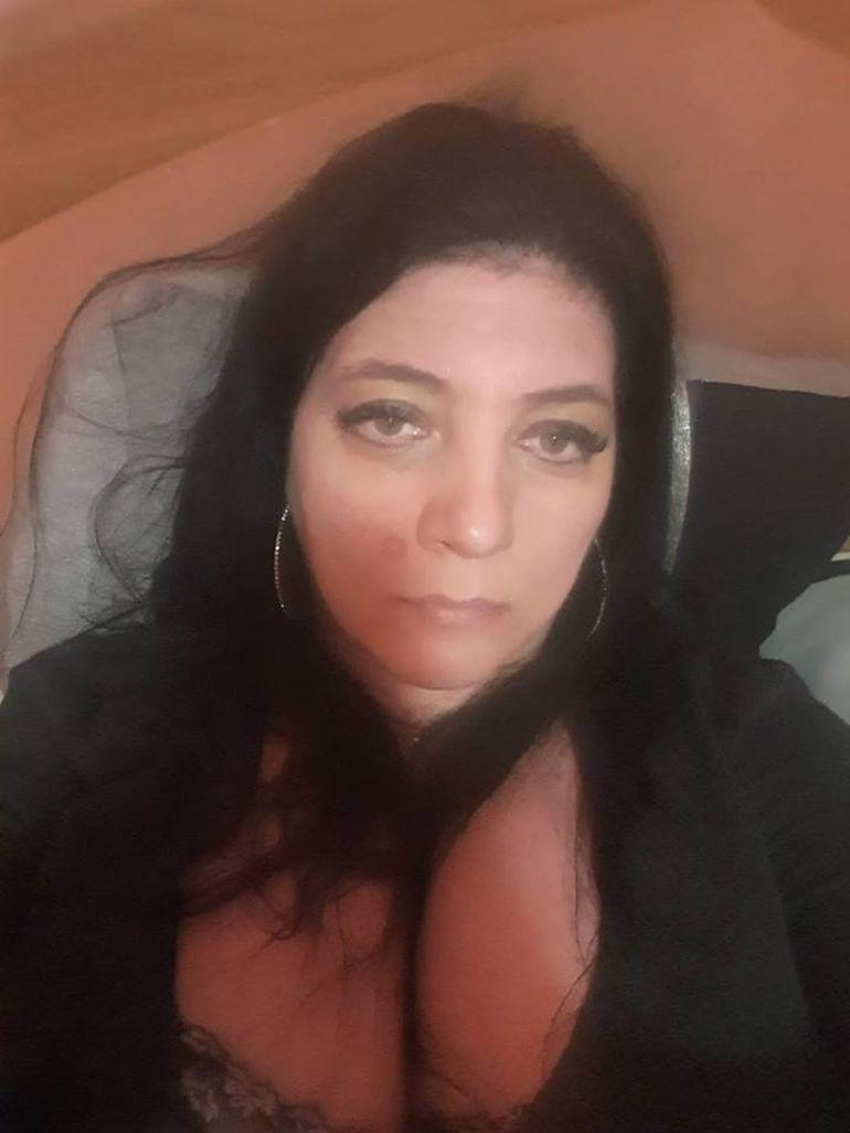 """Românca de 45 de ani cu cei mai mari sâni de pe Facebook, ridicată de fani la rang de zeiță! """"Poruncește-mi, stăpână! Vă admir frumosul piept"""""""