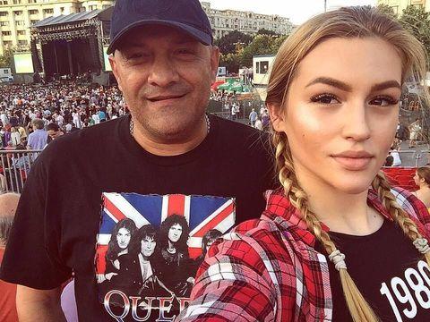 Fotografie şocantă cu fiica sexy a lui Gabi Balint! Faţa, gâtul şi pieptul Denisei sunt acoperite cu pistrui!