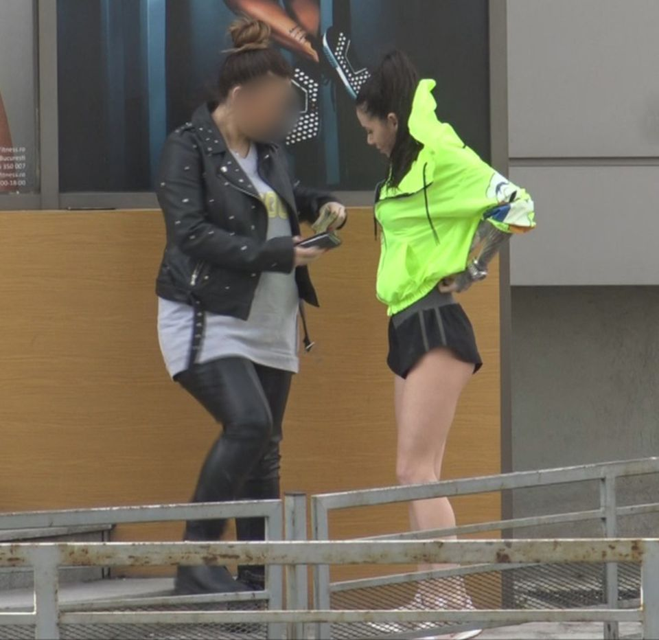 Roxana Vancea, nu te aplecaaa!!! Faimoasa de la Exatlon a ieșit în stradă în pantaloni mult prea scurți și... a blocat circulația! VIDEO EXCLUSIV