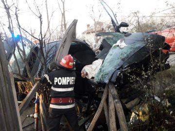 Accident grav în Vâlcea! Un copil de patru ani și un adolescent au murit în mașina strivită de un cap de pod, iar imaginile sunt devastatoare