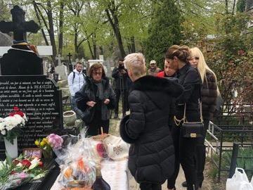 Apariție surpriză la parastasul  de un an al Ionelei Prodan! Cine a venit să fie alături de Anamaria Prodan