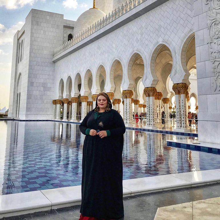 Românca fotomodel de 120 de kilograme s-a stabilit în Dubai! Diana Secară şi-a tras iubit arab şi realizează pictoriale printre cămile!