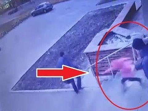 Video șocant! O fetiță este aruncată pe scări, de tatăl său! Ce s-a întâmplat cu ea, la scurt timp
