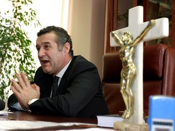 Gigi Becali i-a dat Danielei Crudu o icoană de Paşte! Afaceristul i-a adus-o de la Muntele Athos! | DEZVĂLUIRI