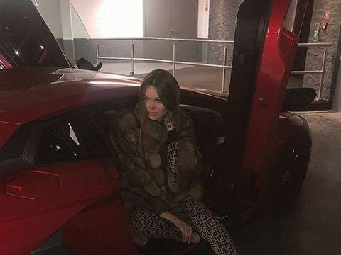 Ea este moldoveanca super sexy care a blocat o stradă din Londra cu Lamborghiniul ei! Mașina a fost decorată cu 2 milioane de cristale Swarovski